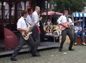 Partyband Tom Browne voll in action rockt auf Marktplatz in Olpe