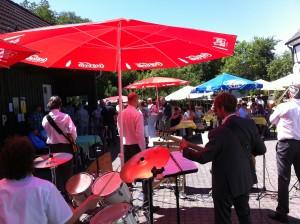 Mit Schirmen, Charme ohne Melone jazzt die Tom Browne Partyband
